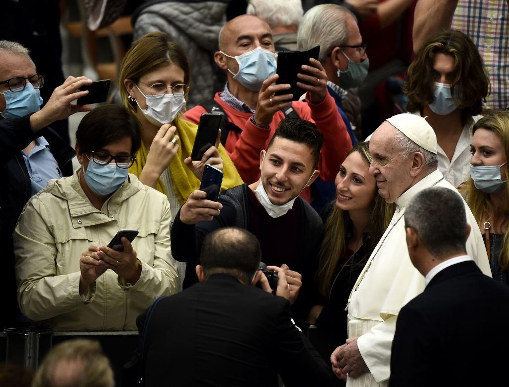 El Papa Francisco sin seguir las medidas sanitarias.