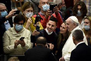El papa Francisco aparece sin cubrebocas en la audiencia general