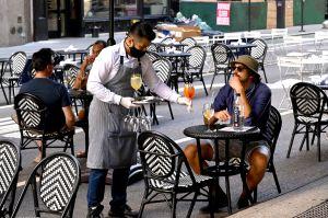 Aprueban nueva ley que convierte en permanente el servicio al aire libre en restaurantes de NYC