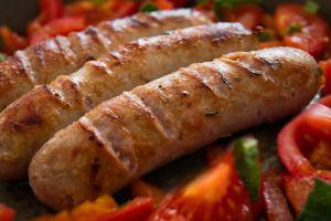 Retiran de tiendas 4,200 libras de salchichas de cerdo por posible contaminación con caucho