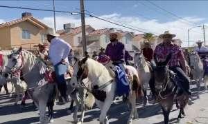 Latinos a favor de Joe Biden llegan a votar a caballo en Nevada