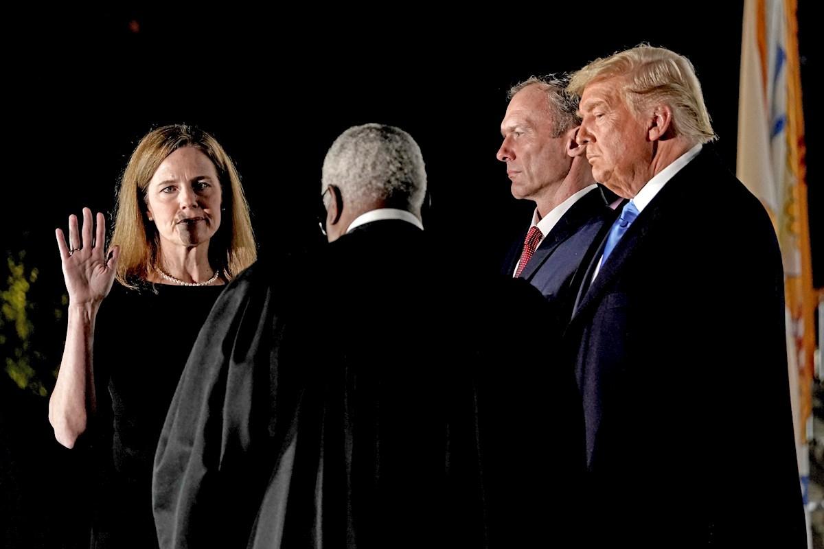 Biden critica: a menos de dos horas de ser confirmada por el Senado, jueza Barrett prestó juramento ante Trump