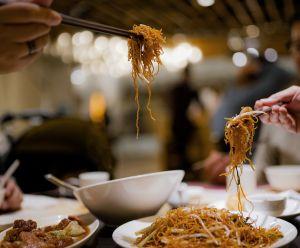 En su primera cita a ciegas, una chica invitó a 23 familiares a la cena así que él huyó para no pagar los $3,000 dólares de la cuenta
