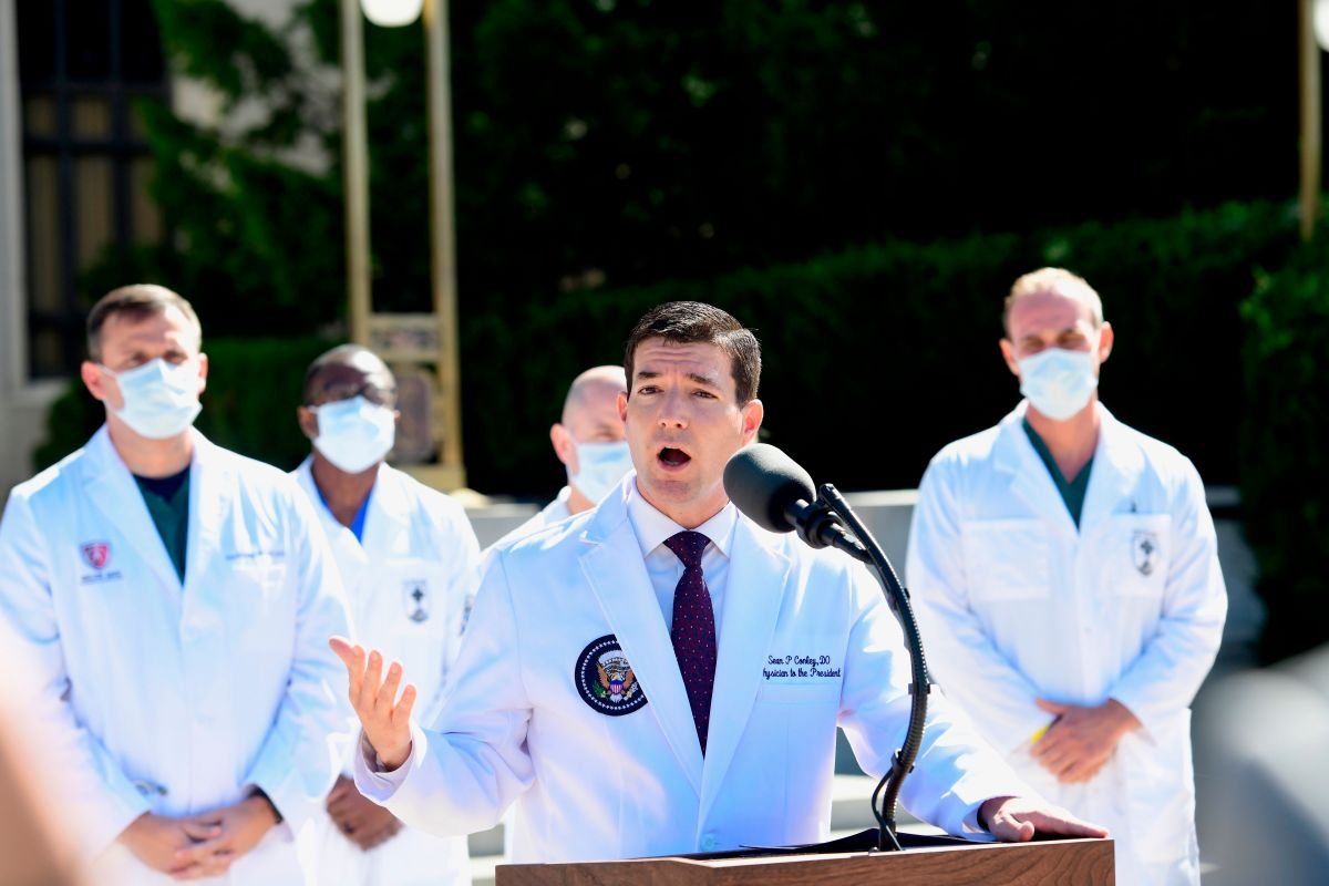Trump no tiene fiebre, no necesita oxígeno y está trabajando pese al coronavirus; podría ser dado de alta hoy