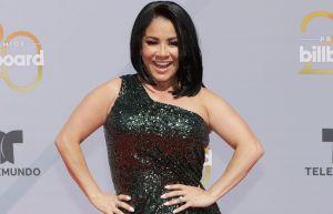 Carolina Sandoval cubre su desnudez con espuma, desde la tina y sonríe mientras luce una brillante tiara
