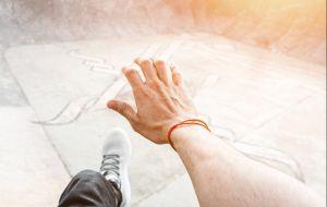 4 razones para usar la pulsera de hilo rojo como protección y cómo activar su poder