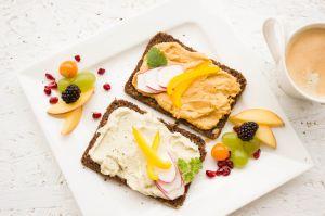 8 bocadillos saludables para los antojos de medianoche que los nutricionistas recomiendan