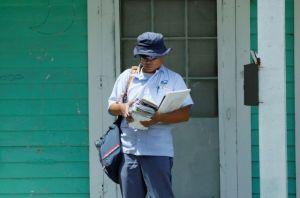 Un cartero de Kentucky calificado como héroe por salvar a una mujer durante el reparto de correo