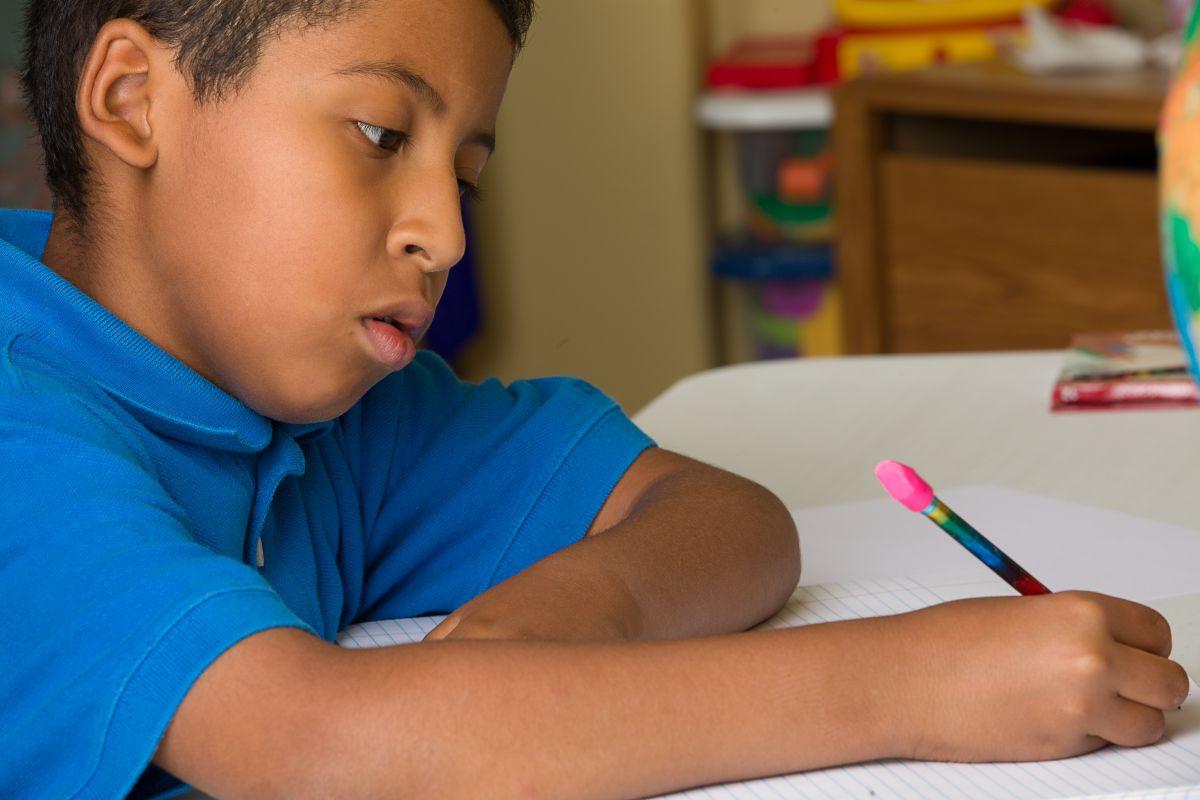 Miles de niños neoyorquinos no reciben educación online por falta de internet