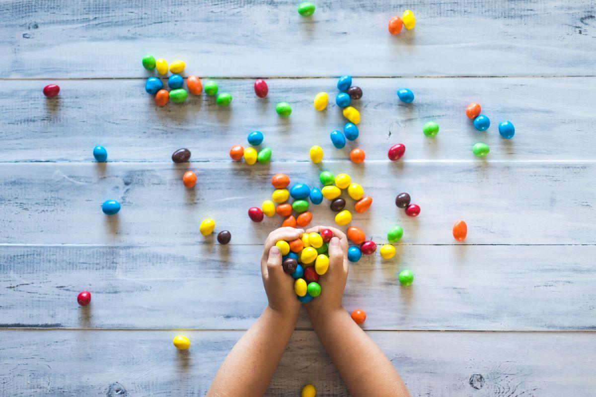 El endulzante de cientos de bebidas y alimentos que puede causar TDAH y bipolaridad en los niños