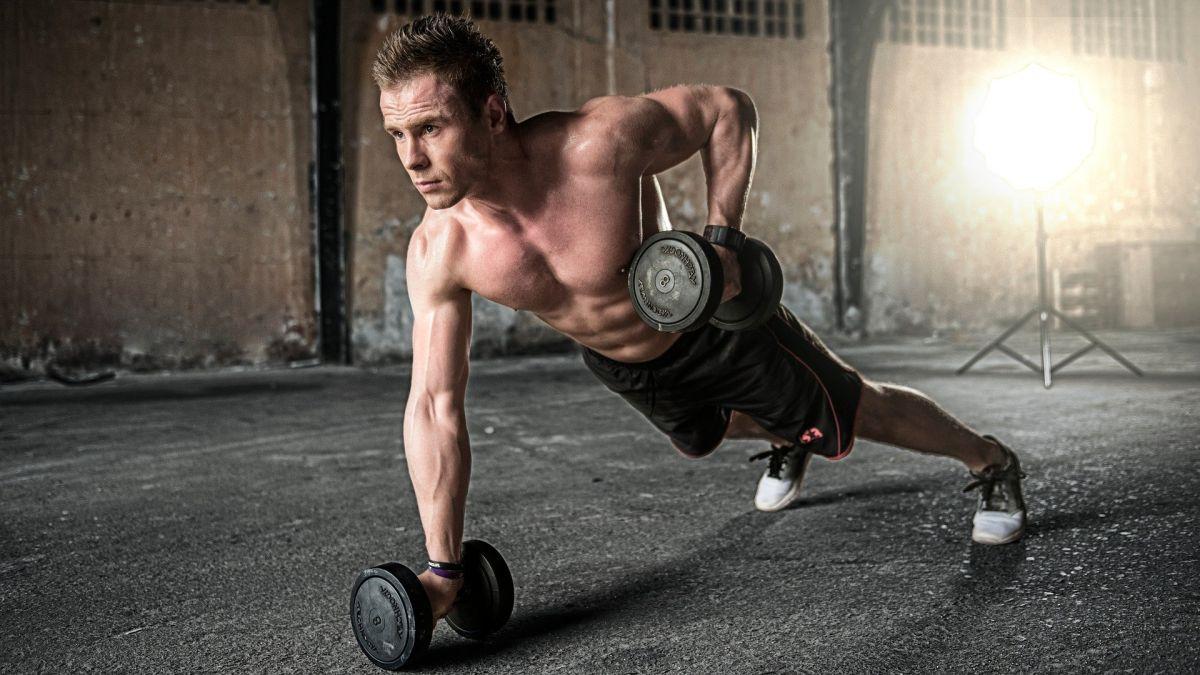 Bajar de peso para hombres: 5 rutinas de ejercicio con mancuernas para aumentar tu masa muscular a diario