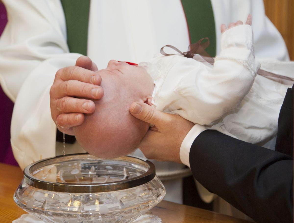 """Se vuelve viral el bautizo de este bebé por actitud """"violenta"""" de sacerdote"""