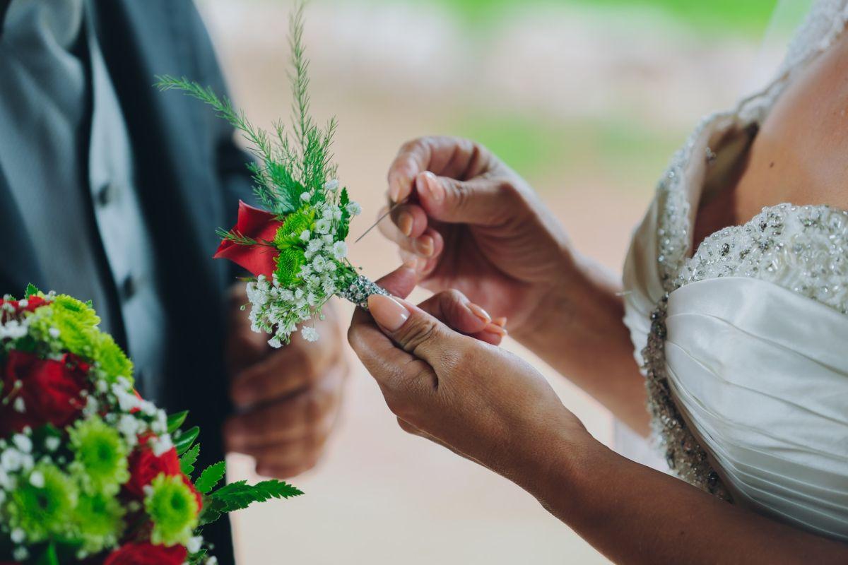 Pareja aficionada a los dinosaurios se hace viral por ingeniosa idea para su boda