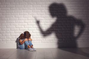 Muere niña de 8 años al ser castigada a brincar durante muchas horas en un trampolín