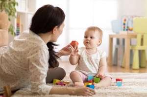 Descubre a niñera maltratando a su bebé gracias a una cámara oculta