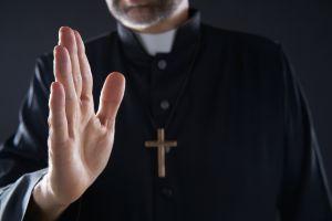 La sopresiva reacción de un padre hacia una niña que hizo un curioso gesto durante su bautizo