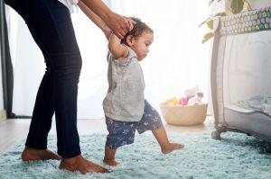 ¿Bebé sentado? ¿Caminando? Qué debe comer