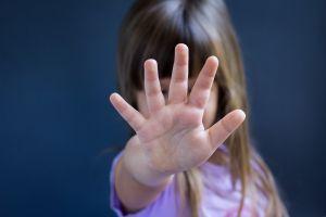 """Muere niña de 10 años porque sus padres adoptivos le """"escondían"""" la comida"""