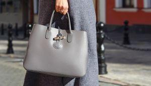 """Anciana compra por Internet lo que creyó era el bolso perfecto pero no se fijó en """"pequeño"""" detalle del estampado"""