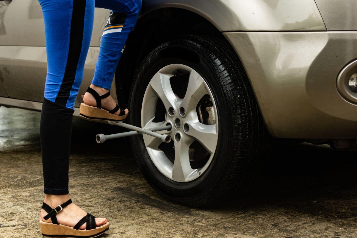 """Sorprende """"maestra"""" que enseña a alumnas de secundaria a cambiar el aceite y las llantas de un auto"""