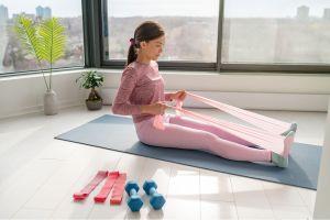 Los mejores sets de pesas y bandas de resistencia para iniciar una rutina de ejercicios en casa