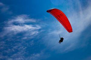 Tiene 103 años y rompe récord al lanzarse de paracaídas tándem
