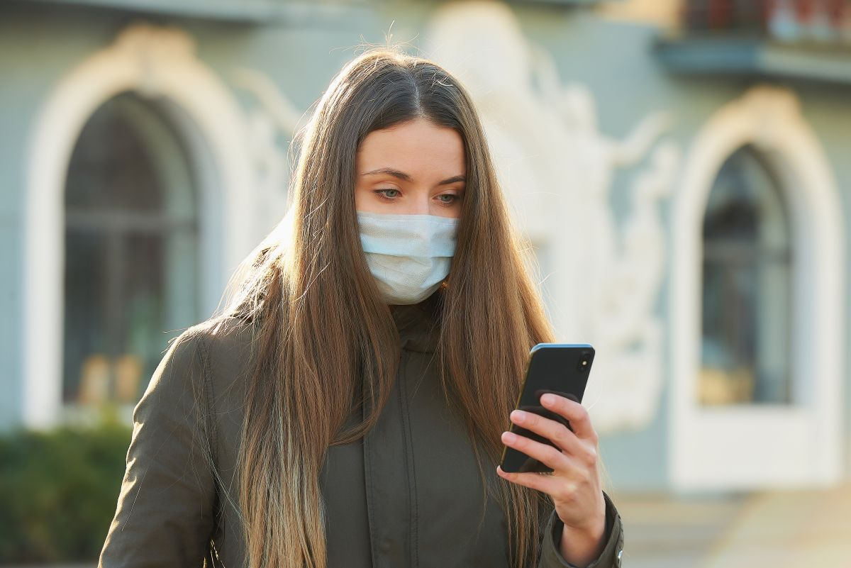Revelan cuánto tiempo puede permanecer el coronavirus en celulares y billetes