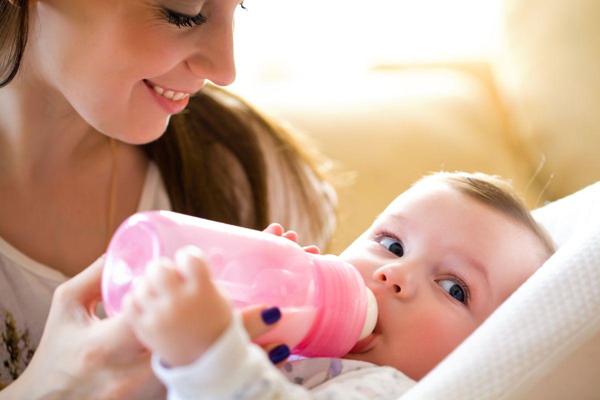 El por qué no debes darle a tu bebé leche de fórmula en un biberón caliente