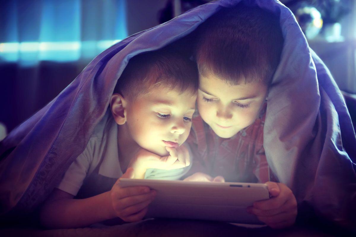 Hay que estar al pendiente de con quién interactúan los niños en Internet.
