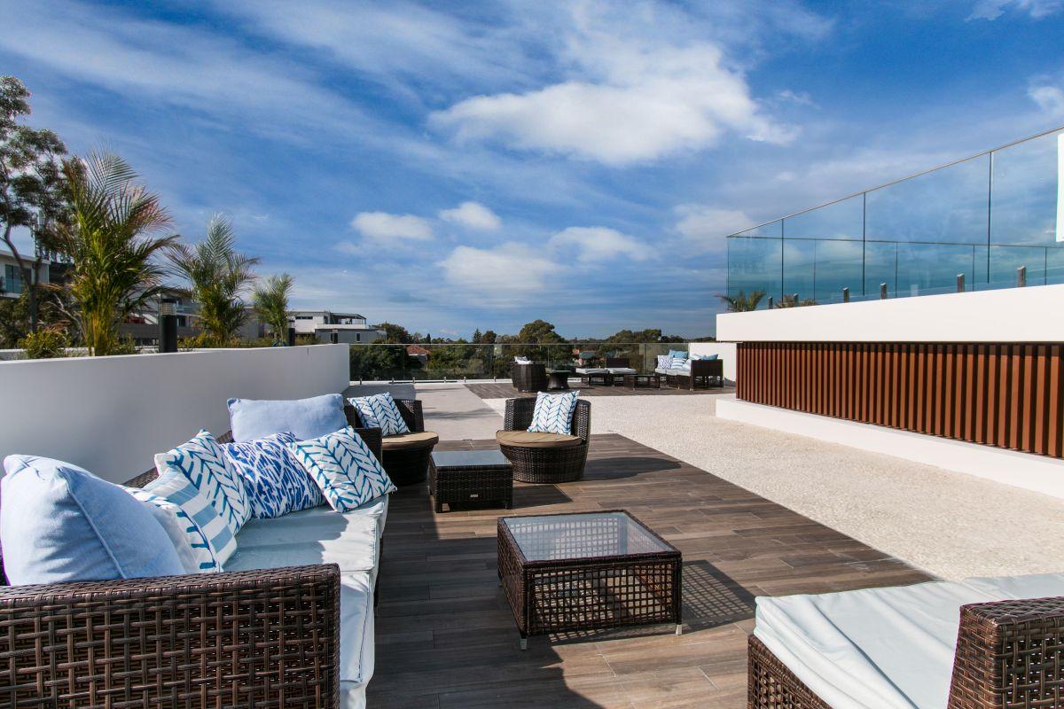 Transforma el patio de su casa en un resort de lujo para darle una sorpresa a su esposa enferma