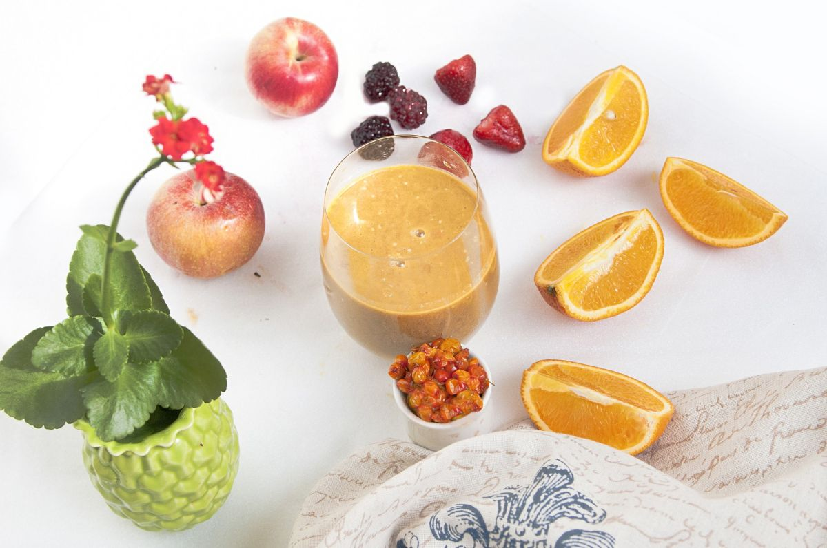 Batido antiinflamatorio de cúrcuma, jengibre y manzana, para iniciar el otoño fuerte y con energía