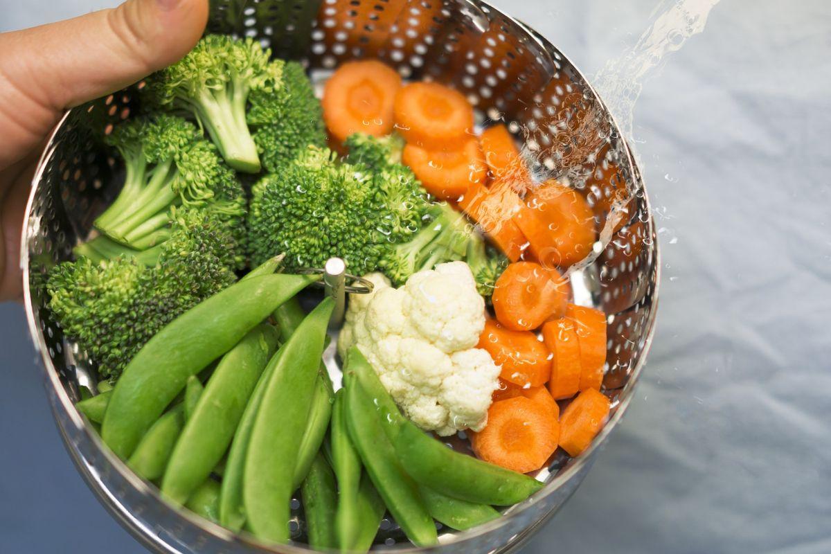 Cómo blanquear los alimentos correctamente para preservar sus nutrientes y colores