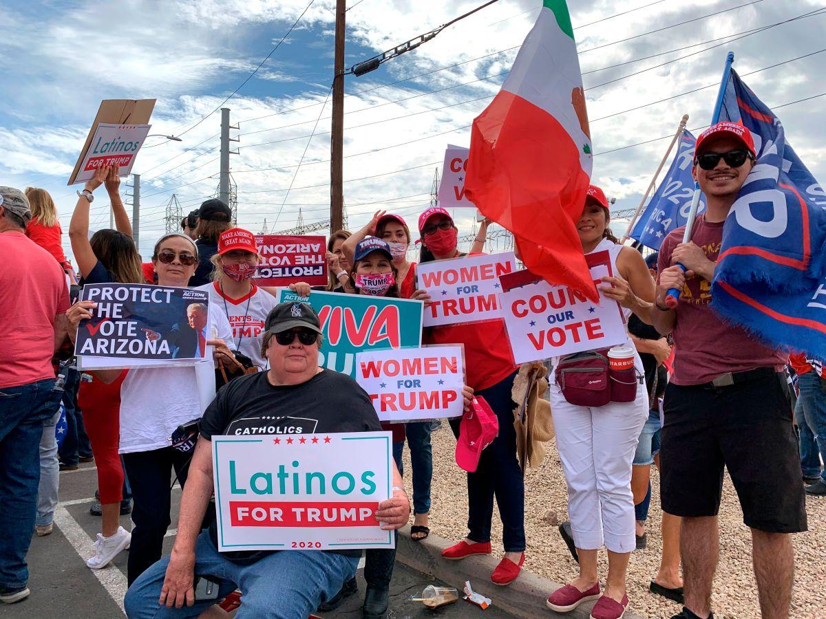 Fanáticos de Trump rodean y acosan a reportera de Telemundo María Paula Ochoa en plena transmisión desde Maricopa, Arizona