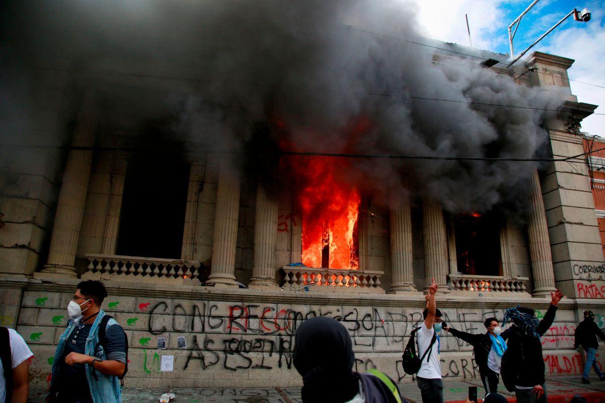 Protestas en Guatemala: 3 claves para entender las movilizaciones que acabaron con el Congreso en llamas