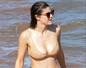 Sorprenden a Alexandra Daddario mojada y en un bikini nude que dibujó toda su anatomía