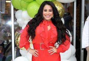 Carolina Sandoval imita a Khloë Kardashian y se queda frente a la cámara sin sostén y con un hilito dental