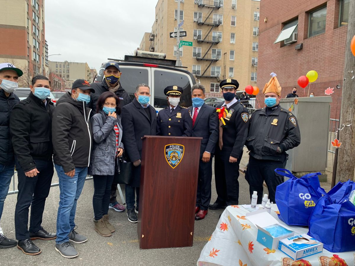 Bodegueros reparten pavos e instan a parar la violencia armada en NYC