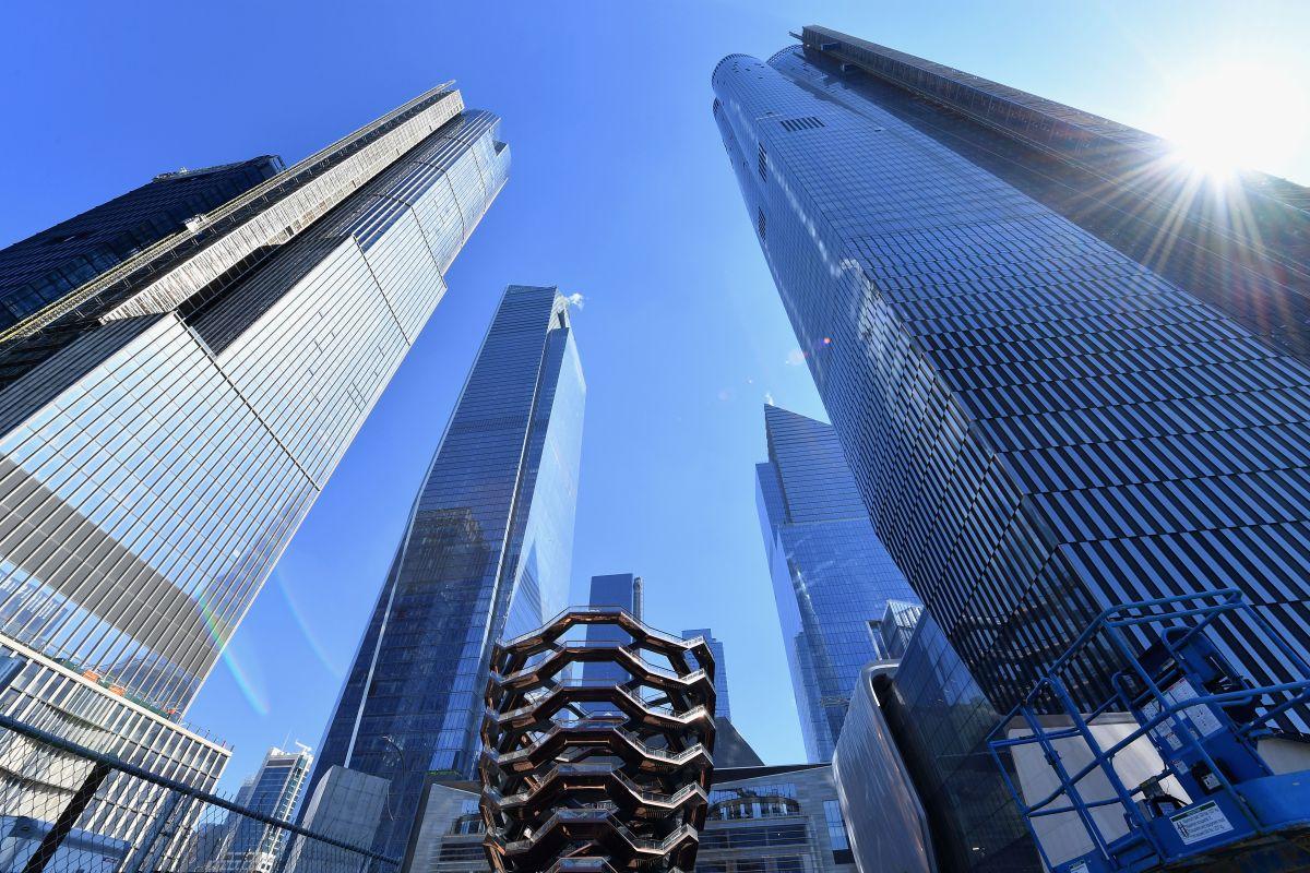 """Limpiadores de vidrios se salvan """"de milagro"""" tras fallar andamio en rascacielos en Manhattan"""