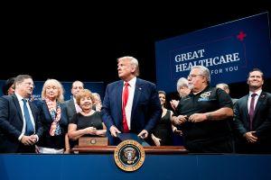 Trump seguirá adelante con plan de rebajar el precio de medicinas