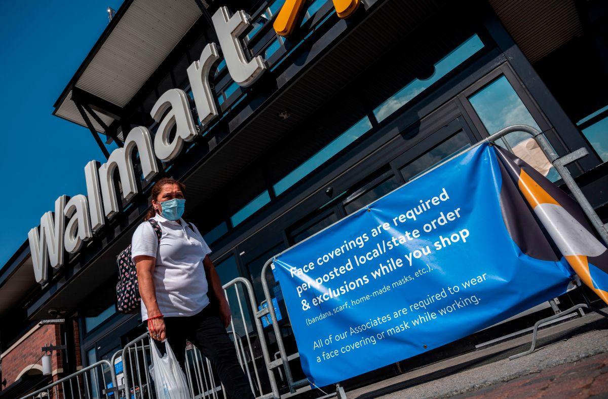 Walmart extiende el horario y monitorea el número de clientes que ingresan a las tiendas ante el aumento de casos de COVID-19