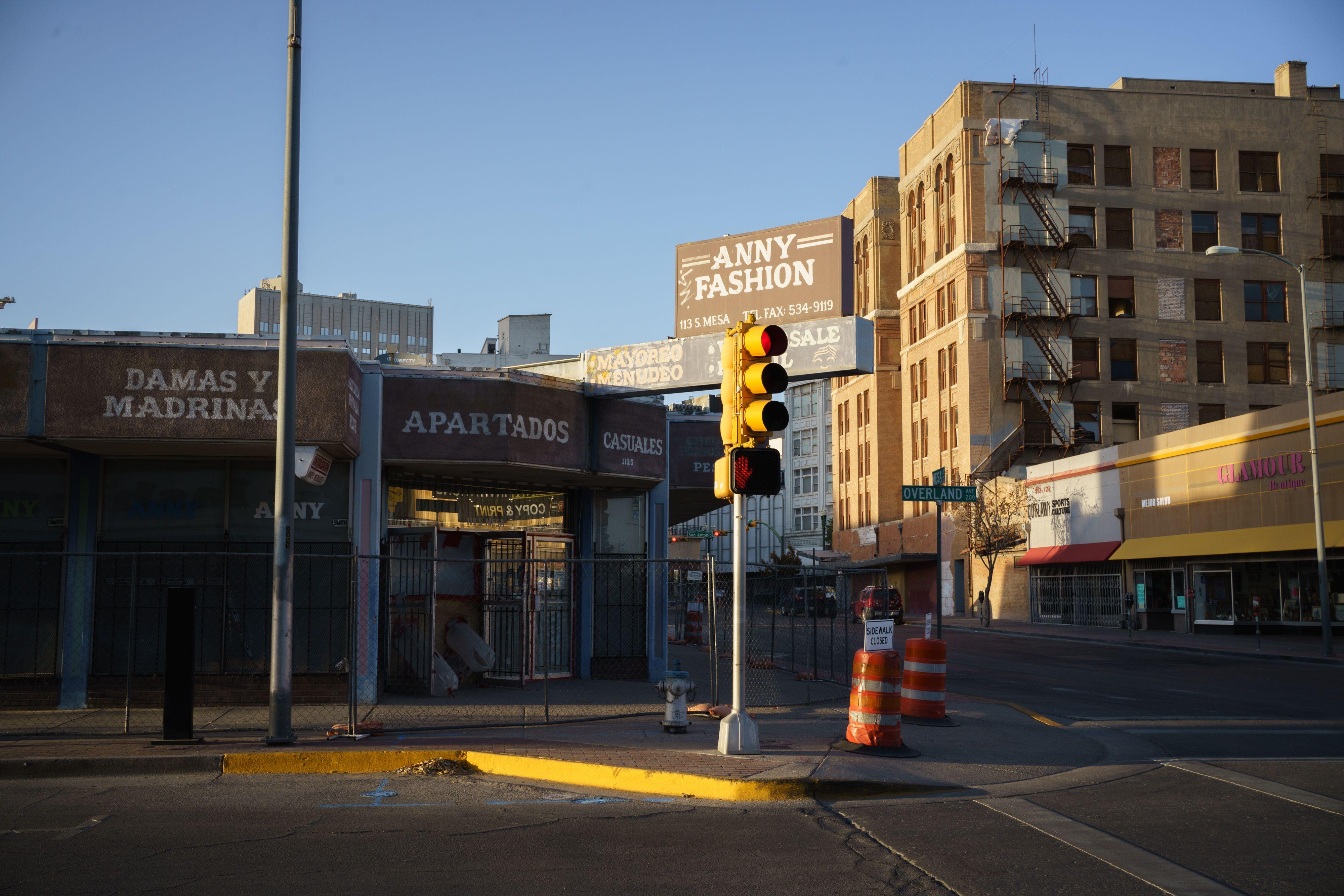 Negocios cerrados en El Paso por brote de coronavirus.