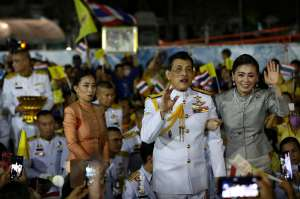 La polémica por las rodillas amoratadas de escolta de los reyes de Tailandia