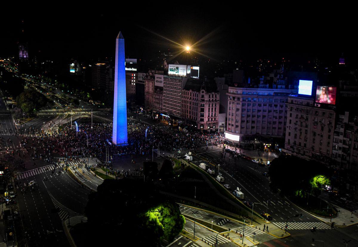 VIDEO: Los restos de Maradona fueron seguidos por una impresionante caravana en Buenos Aires