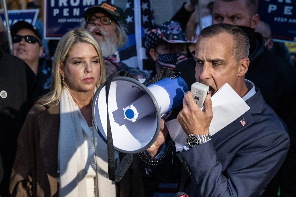 Asesor de Trump presente en rueda de prensa de Giuliani se contagia de coronavirus