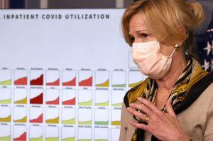 Usar mascarillas en interiores y reducir las pequeñas reuniones para frenar la propagación del coronavirus, señalan expertos