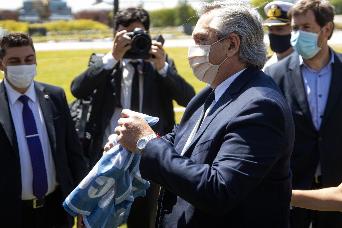 Alberto Fernández, el presidente de Argentina, despidió el cuerpo de Maradona y le llevó una ofrenda