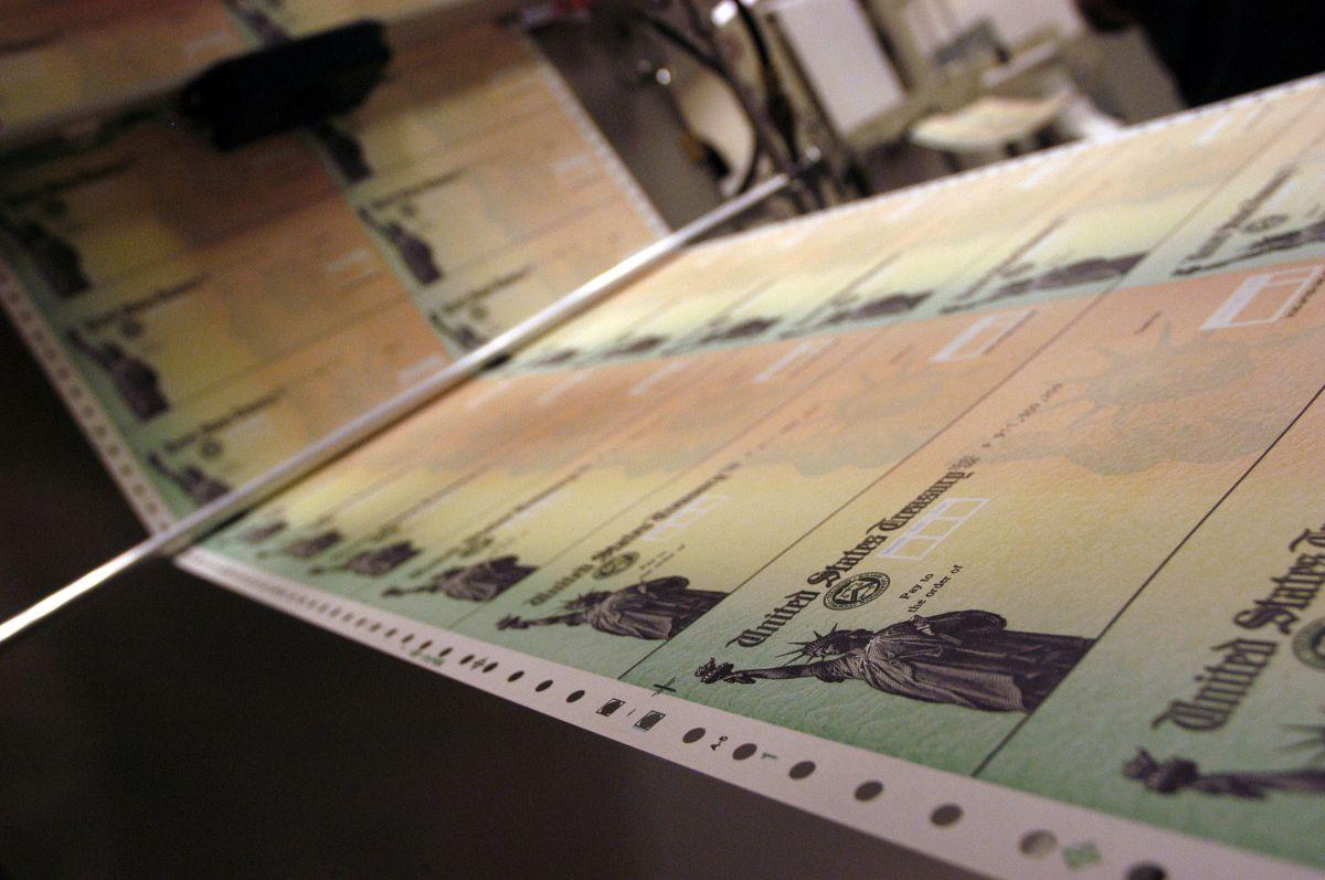 Congresistas le piden cuentas al IRS por cheques de estímulo no enviados