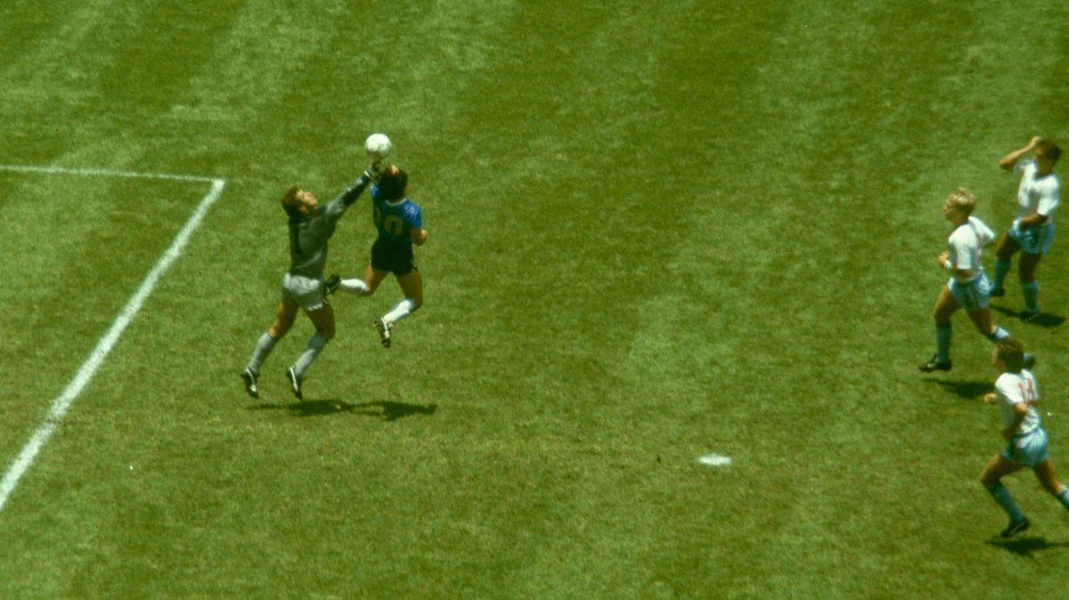 Mientras todos le arrojan flores, Peter Shilton pone en entredicho la deportividad de Maradona