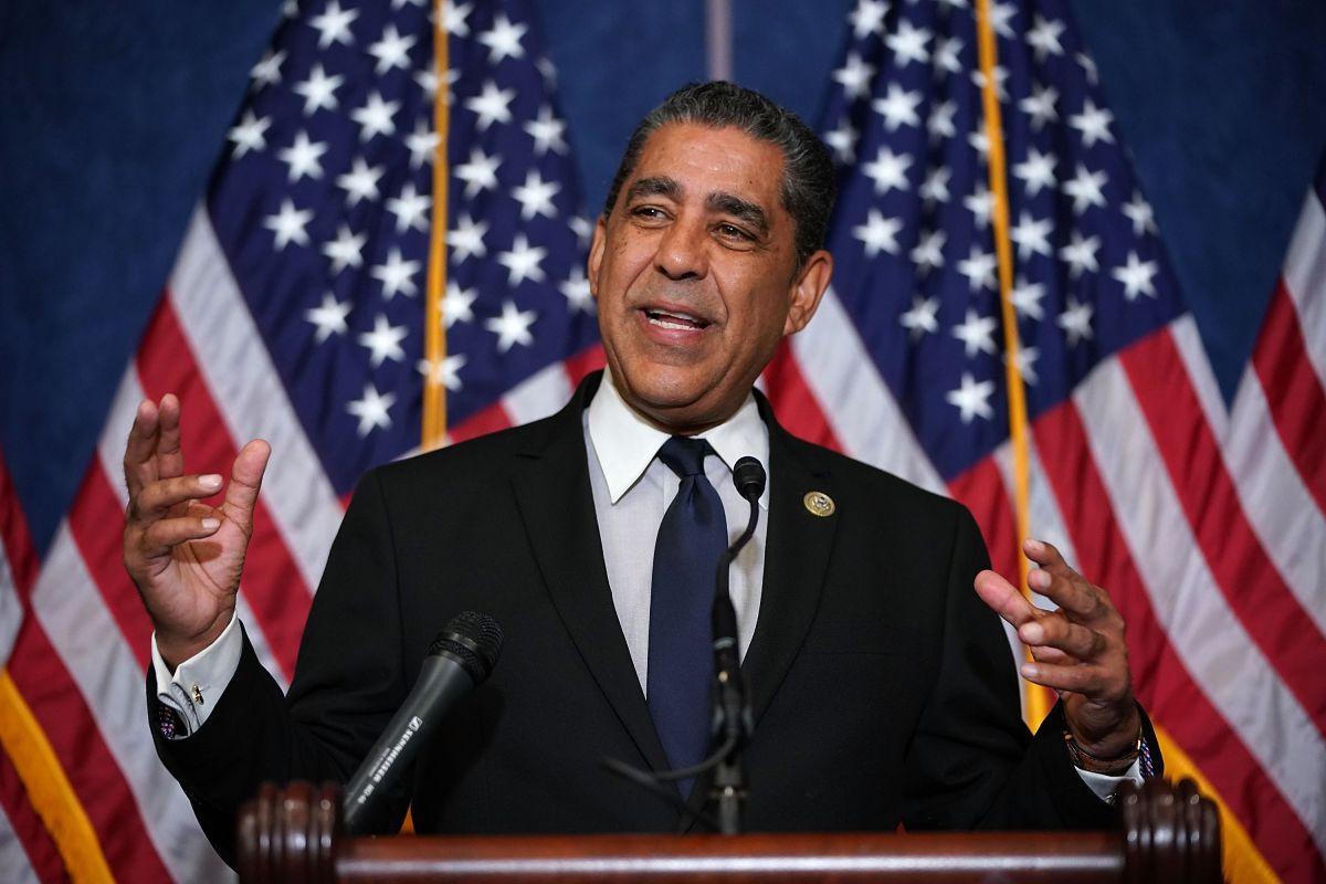Congresista neoyorquino Adriano Espaillat confirma que salió positivo al COVID-19