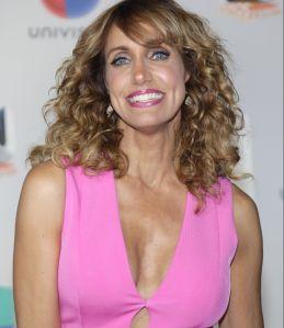 Lili Estefan posa muy sexy y como toda una 'top model' desde unas escaleras